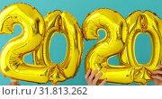 Купить «Gold foil number 2020 celebration balloon», видеоролик № 31813262, снято 24 июля 2019 г. (c) Ekaterina Demidova / Фотобанк Лори