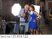 Купить «Photographer talking to brunette female model», фото № 31814122, снято 5 октября 2018 г. (c) Яков Филимонов / Фотобанк Лори