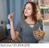 Woman holding bowl of walnuts. Стоковое фото, фотограф Яков Филимонов / Фотобанк Лори