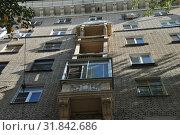 Купить «Восьмиэтажный двухподъездный кирпичный жилой дом. Построен в 1953 году. Хитровский переулок, 4. Басманный район. Город Москва», эксклюзивное фото № 31842686, снято 5 сентября 2014 г. (c) lana1501 / Фотобанк Лори