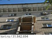 Купить «Восьмиэтажный двухподъездный кирпичный жилой дом. Построен в 1953 году. Хитровский переулок, 4. Басманный район. Город Москва», эксклюзивное фото № 31842694, снято 5 сентября 2014 г. (c) lana1501 / Фотобанк Лори