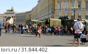 Купить «City residents at the exhibition of military equipment in Palace Square», видеоролик № 31844402, снято 2 сентября 2018 г. (c) Aleksandr Sulimov / Фотобанк Лори