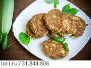 Купить «vegetable fritters made from green zucchini in a plate», фото № 31844806, снято 29 июля 2019 г. (c) Peredniankina / Фотобанк Лори