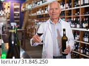 Купить «Owner of winery inviting to tasting wine», фото № 31845250, снято 8 мая 2019 г. (c) Яков Филимонов / Фотобанк Лори