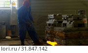 Купить «Worker heating metal mold with blow torch in foundry workshop 4k», видеоролик № 31847142, снято 27 сентября 2018 г. (c) Wavebreak Media / Фотобанк Лори
