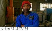 Купить «Male worker standing with arms crossed in workshop 4k», видеоролик № 31847174, снято 27 сентября 2018 г. (c) Wavebreak Media / Фотобанк Лори