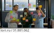 Купить «Business executives discussing over sticky note in office 4k», видеоролик № 31881062, снято 16 июня 2018 г. (c) Wavebreak Media / Фотобанк Лори