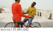Купить «Young black couple standing with bicycle at beach on a sunny day 4k», видеоролик № 31881642, снято 14 ноября 2018 г. (c) Wavebreak Media / Фотобанк Лори