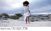 Купить «Woman dancing on the beach 4k», видеоролик № 31921778, снято 30 ноября 2018 г. (c) Wavebreak Media / Фотобанк Лори