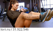 Купить «Woman doing Russian twist exercise in fitness studio 4k», видеоролик № 31922546, снято 26 июня 2018 г. (c) Wavebreak Media / Фотобанк Лори