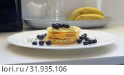 Купить «Honey being poured on waffle and blueberries in kitchen at home 4k», видеоролик № 31935106, снято 17 января 2019 г. (c) Wavebreak Media / Фотобанк Лори