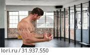 Купить «Bodybuilder flexing muscles 4k», видеоролик № 31937550, снято 25 апреля 2019 г. (c) Wavebreak Media / Фотобанк Лори