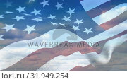 American flag on a bright cloudy sky. Стоковое видео, агентство Wavebreak Media / Фотобанк Лори