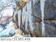 Купить «Long icicles dangle from the rock. Bottom view.», фото № 31951418, снято 23 апреля 2019 г. (c) Акиньшин Владимир / Фотобанк Лори