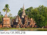 Руины древнего буддистского храма Ват Махатхат в историческом парке города Сукхотай.Таиланд (2016 год). Стоковое фото, фотограф Виктор Карасев / Фотобанк Лори