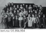 Купить «Групповой портрет школьников в классе», фото № 31956954, снято 22 ноября 2019 г. (c) Retro / Фотобанк Лори