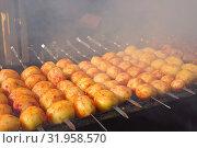 Купить «Картофель на мангале. Приготовление уличной еды. Клубни картофеля жарят на открытом огне», фото № 31958570, снято 27 июля 2019 г. (c) ирина реброва / Фотобанк Лори