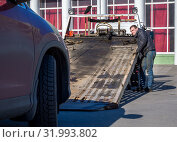 Автомобиль готовят к погрузке на эвакуатор (2019 год). Редакционное фото, фотограф Вячеслав Палес / Фотобанк Лори