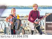 Купить «Russia, Samara, June 2019. Musicians perform on the waterfront on a summer sunny day.», фото № 31994978, снято 9 июня 2019 г. (c) Акиньшин Владимир / Фотобанк Лори