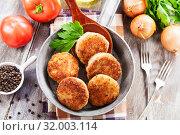 Купить «Burgers in the pan», фото № 32003114, снято 29 мая 2019 г. (c) Надежда Мишкова / Фотобанк Лори