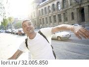 Elated man in city. Стоковое фото, фотограф Benjamin Egerland / age Fotostock / Фотобанк Лори