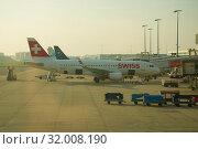 Самолет Airbus A320-200 (HB-ЖЛТ)  Swiss International Air Линес на пероне аэропорта Схипхол солнечным сентябрьским утром. Амстердам (2017 год). Редакционное фото, фотограф Виктор Карасев / Фотобанк Лори