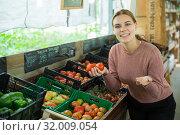 Купить «Woman choosing tomatoes among different varieties», фото № 32009054, снято 25 августа 2019 г. (c) Яков Филимонов / Фотобанк Лори
