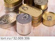 Купить «Close-up of metal tin cans with ring pull on wooden surface», фото № 32009306, снято 24 августа 2019 г. (c) Яков Филимонов / Фотобанк Лори