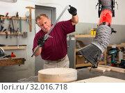 Купить «Master measures the wooden workpiece before machining», фото № 32016718, снято 21 октября 2019 г. (c) Яков Филимонов / Фотобанк Лори