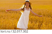 Купить «happy girl in straw hat on cereal field in summer», видеоролик № 32017302, снято 4 августа 2019 г. (c) Syda Productions / Фотобанк Лори