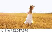 Купить «happy girl in straw hat on cereal field in summer», видеоролик № 32017370, снято 4 августа 2019 г. (c) Syda Productions / Фотобанк Лори