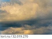 Купить «Живописные летние золотистые облака на небе. Натуральный природный фон, мягкий фокус», фото № 32019270, снято 12 августа 2019 г. (c) А. А. Пирагис / Фотобанк Лори