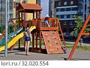 Купить «Молодая женщина играет с ребенком на детской площадке», фото № 32020554, снято 12 июня 2019 г. (c) Лариса Вишневская / Фотобанк Лори