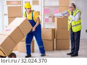 Купить «Professional movers doing home relocation», фото № 32024370, снято 1 мая 2019 г. (c) Elnur / Фотобанк Лори