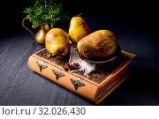 Fresh and rustic Pear. Стоковое фото, фотограф Zoonar.com/Darius Dzinnik / easy Fotostock / Фотобанк Лори