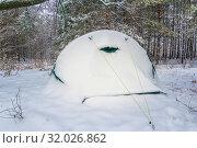 Купить «Tent in the winter forest after snowfall.», фото № 32026862, снято 9 декабря 2018 г. (c) Акиньшин Владимир / Фотобанк Лори