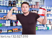 Купить «Sportman with sport nutrition supplements , demonstrating muscles», фото № 32027010, снято 12 апреля 2018 г. (c) Яков Филимонов / Фотобанк Лори