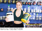 Купить «sporty woman holding big cans of sport nutrition», фото № 32027030, снято 12 апреля 2018 г. (c) Яков Филимонов / Фотобанк Лори