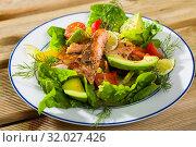 Купить «Deliciously salad of fried trout with avocado, greens and tomatoes», фото № 32027426, снято 23 августа 2019 г. (c) Яков Филимонов / Фотобанк Лори