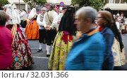 Купить «Holiday procession in national dressed during Falles (Fallas) celebration in Valencia», видеоролик № 32031366, снято 18 марта 2019 г. (c) Яков Филимонов / Фотобанк Лори