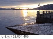 View of the Borromean Islands, Isola dei Pescatori and Isola Bella, from the shore of Baveno in a winter sunrise, Verbano Cusio Ossola, Lago Maggiore, Piedmont, Italy. Стоковое фото, фотограф Clickalps SRLs / age Fotostock / Фотобанк Лори