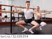 Купить «Beautiful woman and teenager poses near mirror in hall with ballet bar», фото № 32039014, снято 26 апреля 2019 г. (c) Яков Филимонов / Фотобанк Лори