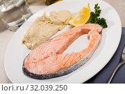 Купить «Slightly fried salmon with hummus», фото № 32039250, снято 14 декабря 2019 г. (c) Яков Филимонов / Фотобанк Лори