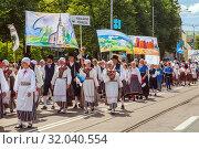 Tallinn, Estonia - JUL 06, 2019: Festive parade on Estonian Song and Dance Festival. Редакционное фото, фотограф Юлия Кузнецова / Фотобанк Лори