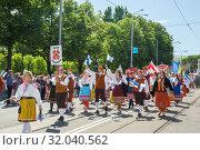 Tallinn, Estonia - JUL 06, 2019: Music collective in national Estonian dresses on Estonian Song Festival. Редакционное фото, фотограф Юлия Кузнецова / Фотобанк Лори