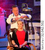 Купить «Moderatorin Inka beim Retro Friseur Peter Müller in der MDR-Show», фото № 32042502, снято 5 июня 2020 г. (c) age Fotostock / Фотобанк Лори
