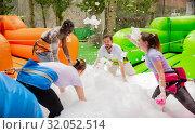 Купить «Friends picking up balls in inflatable pool with foam», фото № 32052514, снято 25 августа 2019 г. (c) Яков Филимонов / Фотобанк Лори