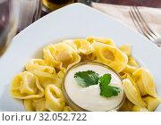 Купить «Closeup of boiled ravioli with sauce», фото № 32052722, снято 21 августа 2019 г. (c) Яков Филимонов / Фотобанк Лори