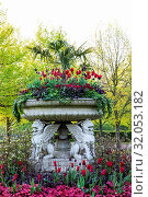 England, London, Regent's Park, Avenue Gardens, The Griffin Tazza (Lion Vase) and Spring Flowers. Стоковое фото, фотограф Steve Vidler / age Fotostock / Фотобанк Лори