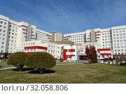 Купить «Алтайская краевая клиническая больница в нагорной части Барнаула», фото № 32058806, снято 30 сентября 2016 г. (c) Free Wind / Фотобанк Лори